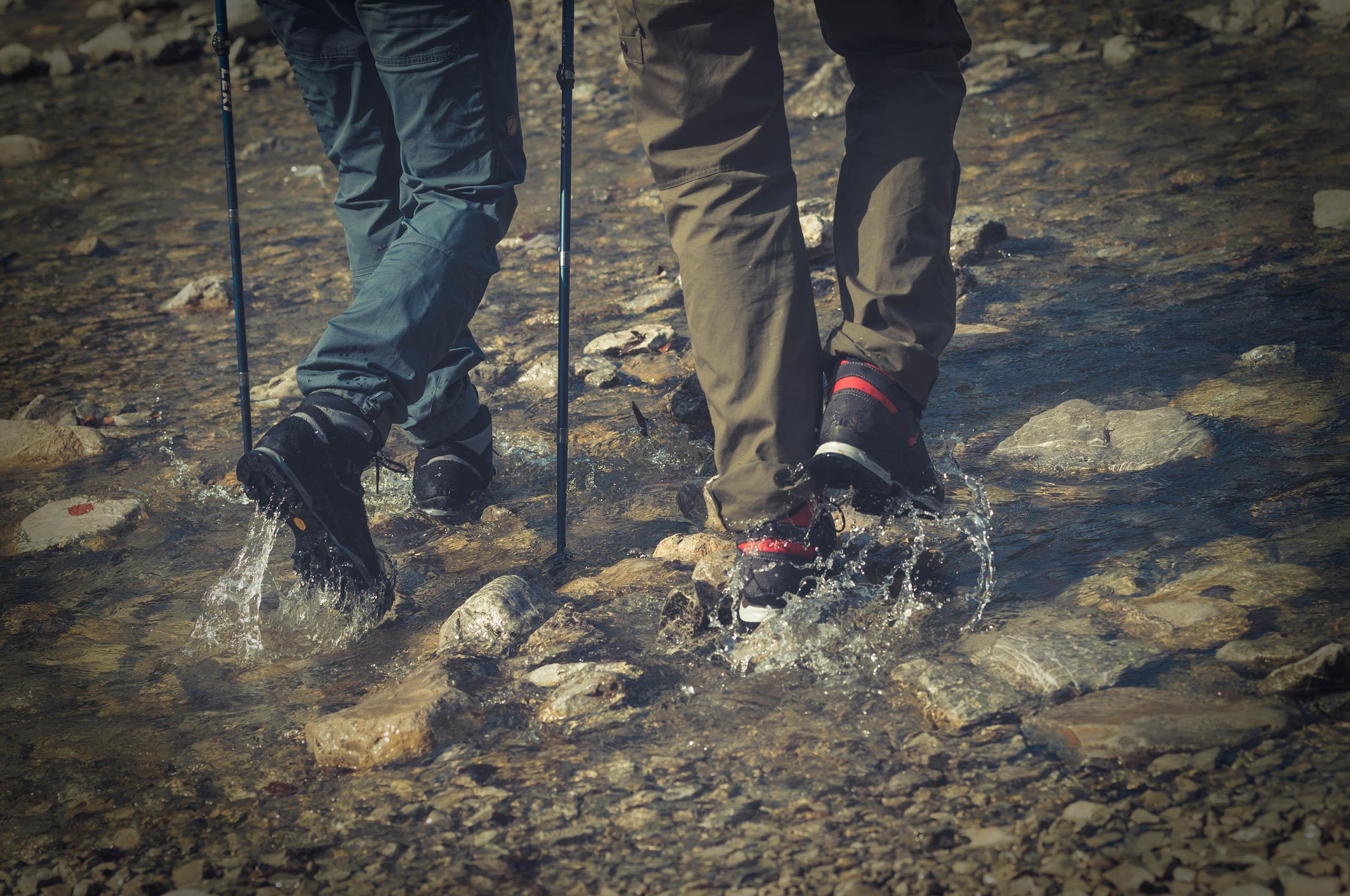 Wanderschuhe einlaufen Wasser