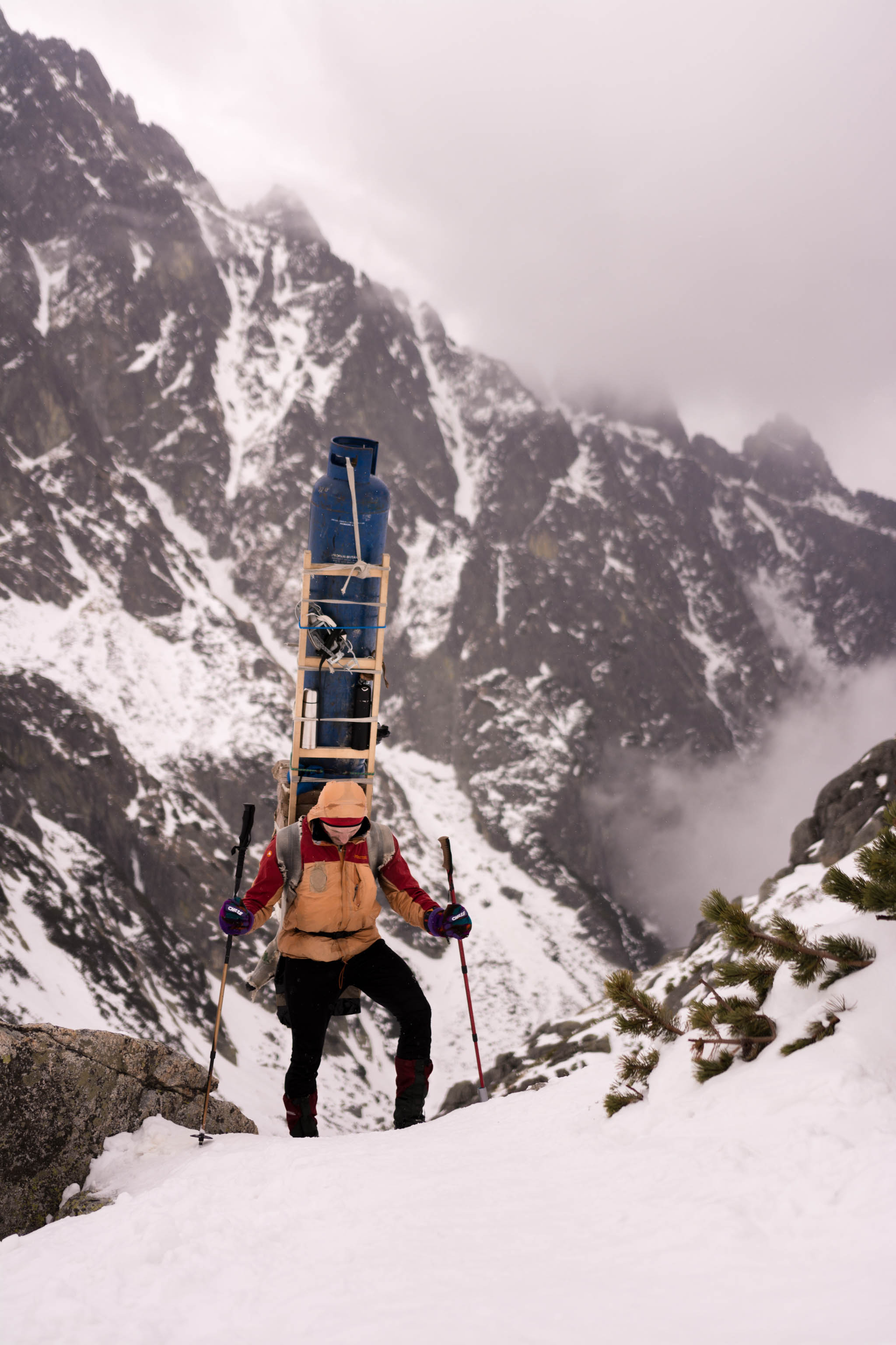 Hohe Tatra Sherpa Wandern Portrait Števo Bačkor Lastenträger Konzentration Kopfarbeit Berghütte