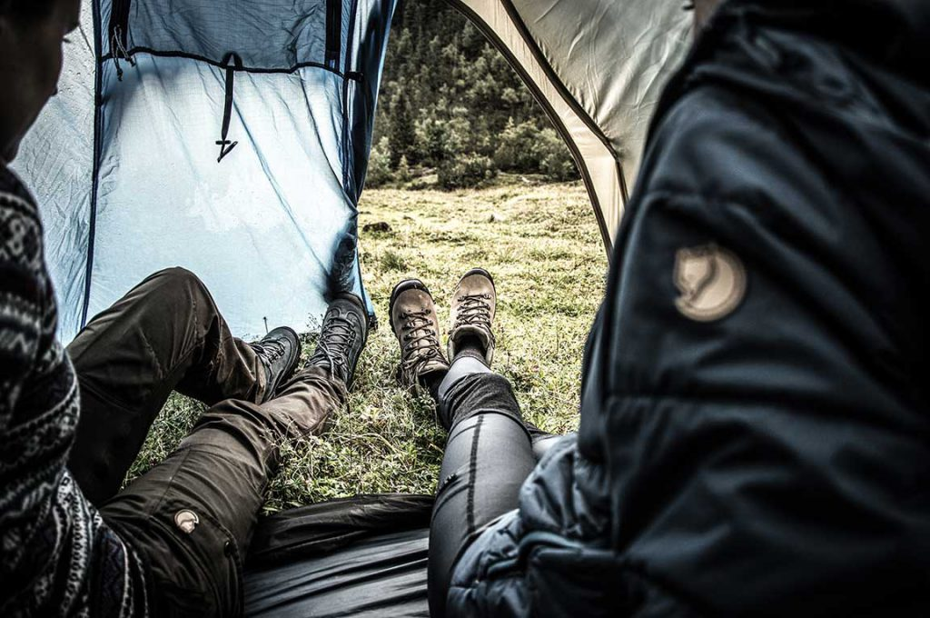 Insulating sleeping mat and tent